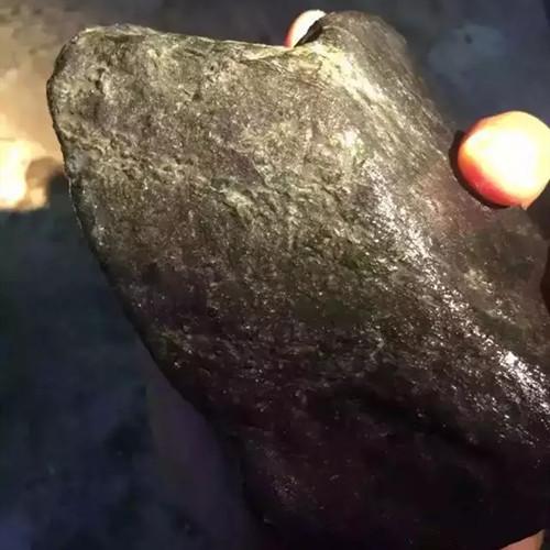翡翠原石里的黑点都是什么?