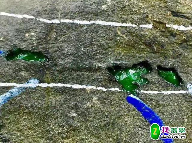 被忽悠2万买的毛料,切开后吓坏切割师傅,爆出一堆百万翡翠阳绿!