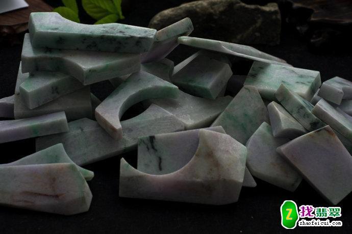 买下50kg的翡翠原石练手,切出一堆手镯,条条春带彩
