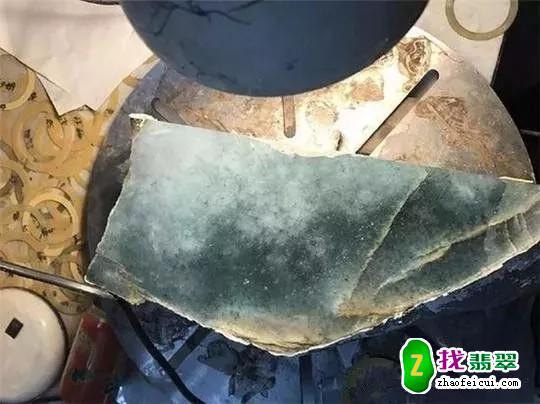 富商眼光独到买下裂痕交错的原石,切出一堆冰飘花手镯挂件让他得意地笑!